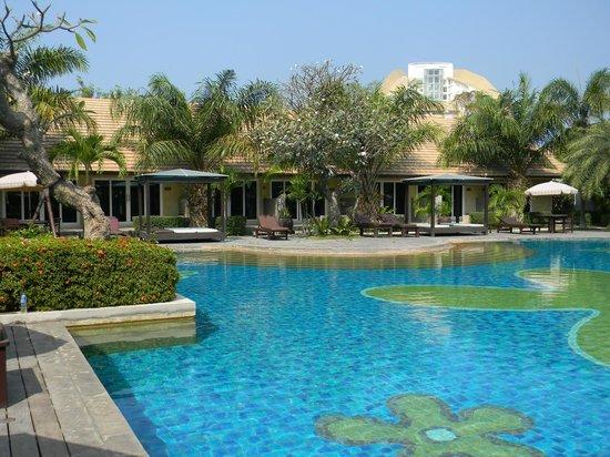 East Sea Resort Hotel: Крайние левые двери-наши