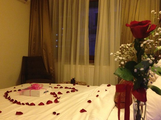 Hotel Regno: Gül made) Prepare a surprise party