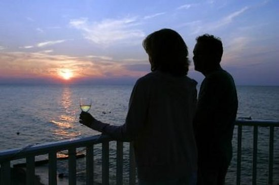 The Lakehouse Inn: Guests enjoying the sunset