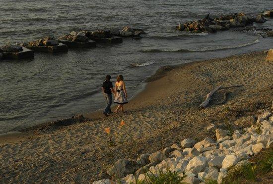 The Lakehouse Inn: Guests enjoying a walk along the beach