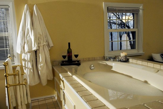 The Lakehouse Inn: Jacuzzi tub in the Sunset Suite