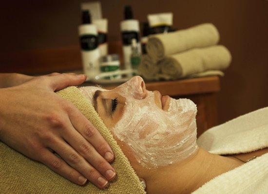 The Lakehouse Inn: Guest enjoying a facial at the spa