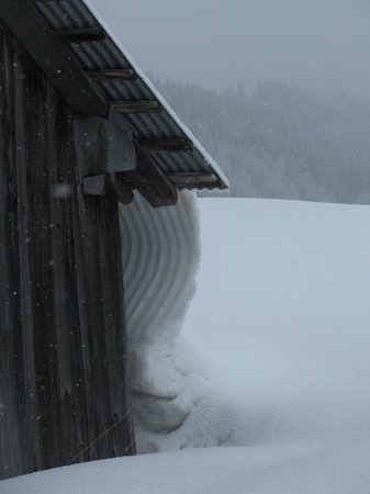 Ski Les Gets: Coulée de neige du toit