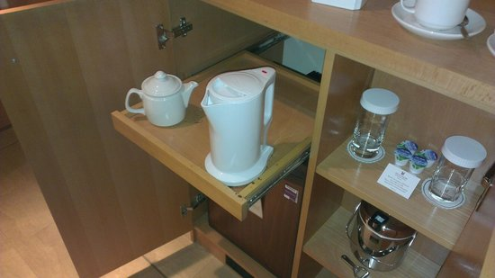 Millennium Madejski Hotel Reading: useful kettle base