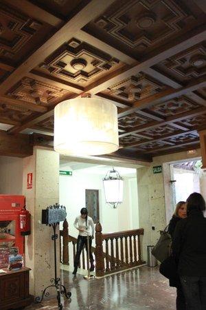 "Carlos V Hotel : потолок  ""в стиле мудекар"""