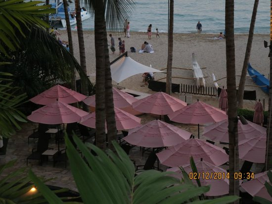 The Royal Hawaiian, a Luxury Collection Resort: Beach area from our room