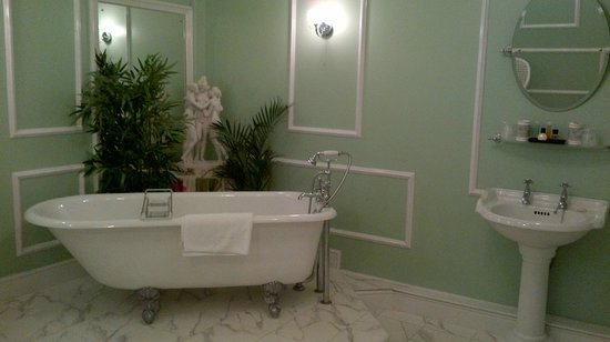 Kexby House: Bathroom of green room