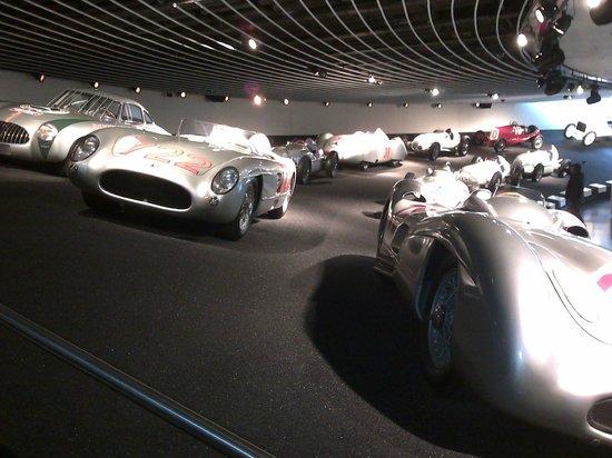Mercedes-Benz Museum: Les flèches d'argent.