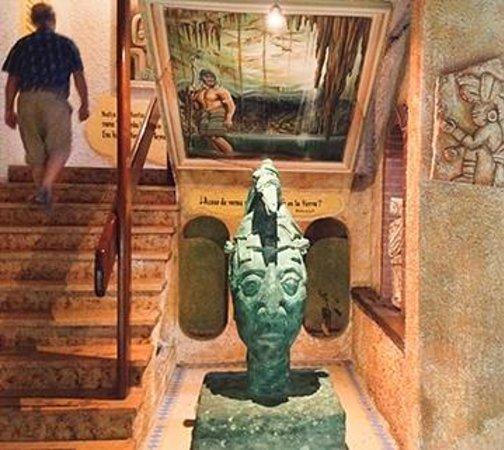 Hotel Xbalamque Resort & Spa : stairwell and Maya decor