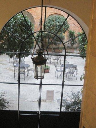 Casa Di Santa Francesca Romana: Little piazza inside the hotel
