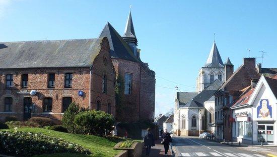 Le Manoir de Bois en Ardres : Ardres (1km away)
