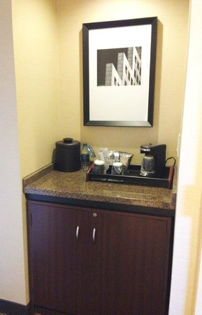 Grand Hyatt Atlanta in Buckhead : In-room bar area.
