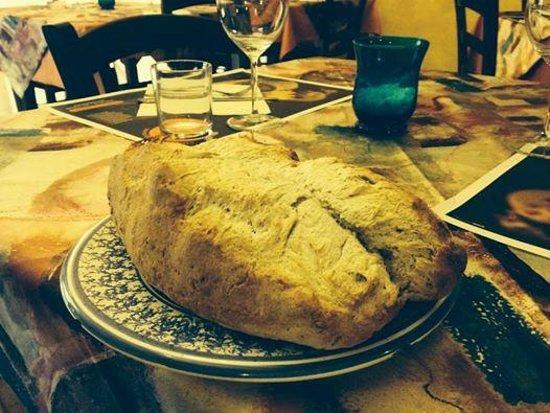 il carrettino: Pane appena sfornato, di farine integrali, senza glutine...........