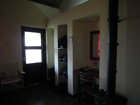 Ngorongoro Rhino Lodge: Zona amplia para colocar maletas y escritorio.