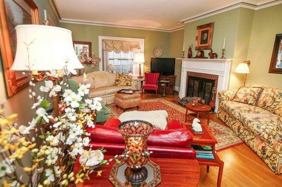 1907 Bragdon House Bed & Breakfast: Living Room