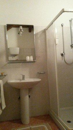 Barbara B&B : particolare bagno con box doccia