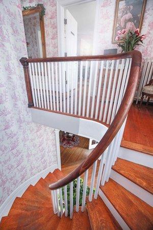 1907 Bragdon House Bed & Breakfast : Staircase