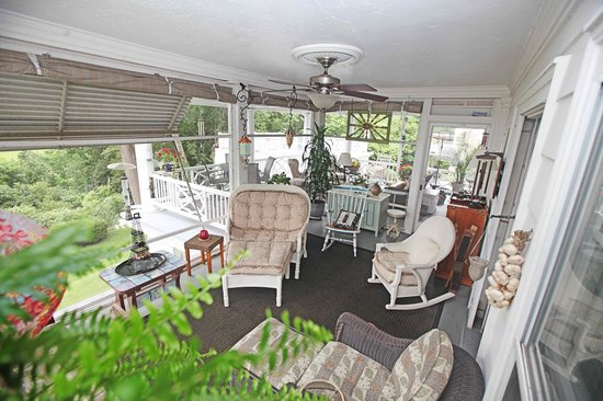 1907 Bragdon House Bed & Breakfast: Veranda