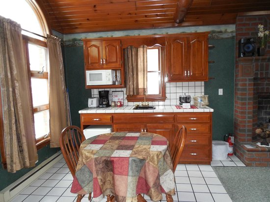 Donna's Premier Lodging: kitchen area