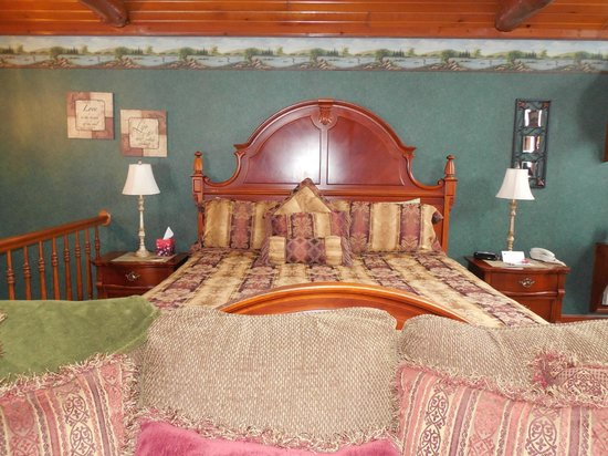 Donna's Premier Lodging: king bed