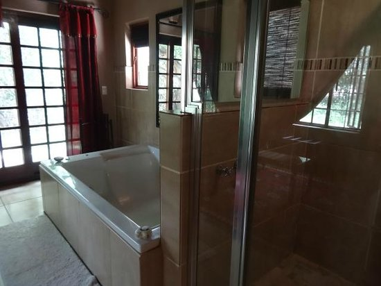 Khaya Umdani Guest Houses: Main floor master suite's en suite bath with soaking tub