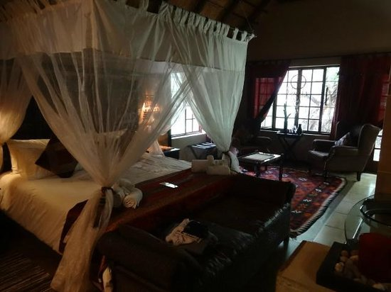 Khaya Umdani Guest Houses : Master suite bed was divinely comfortable