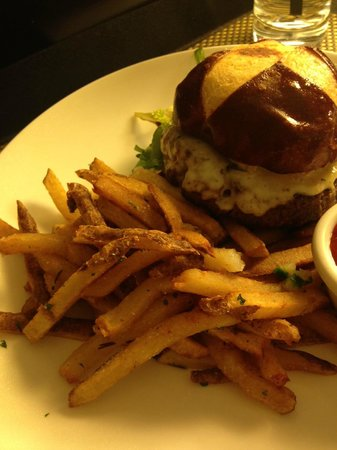 Hamilton Crowne Plaza Hotel: Fries and Burger are Amazing