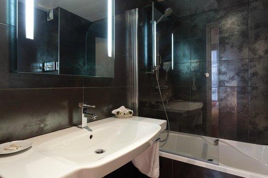 Hôtel Edouard 6 : Bathroom in Twin Standard Room