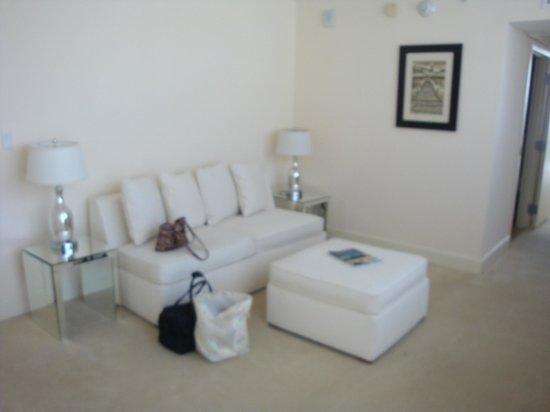 Grand Beach Hotel: Sitting area with 2nd flatscreen tv