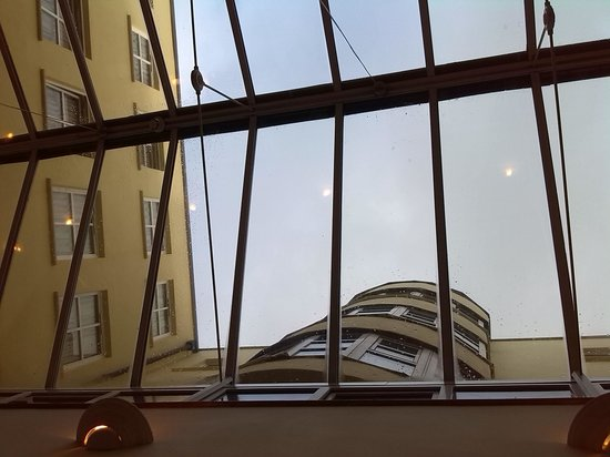Temple Bar Hotel: breakfast room ceiling