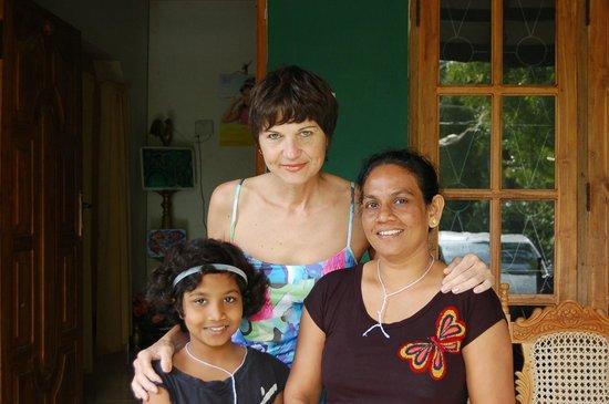 Sigiri Choona Lodge : с хозяйкой и дочкой