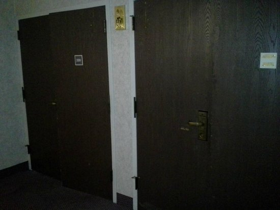 The Avalon Hotel and Conference Center: Doors to conference room off hinges and unable to close plus light outside of room is out.