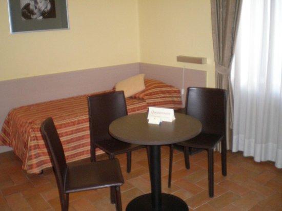 Hotel Praga 1 : salottino con due letti ( che fa parte della camera matrimoniale)