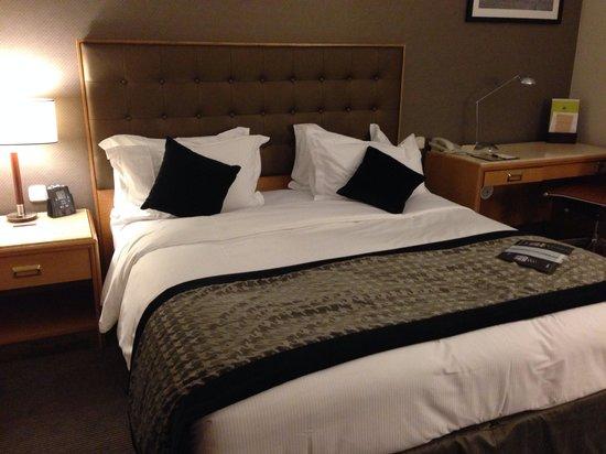 DoubleTree by Hilton Luxembourg: Vista parcial de la habitación.