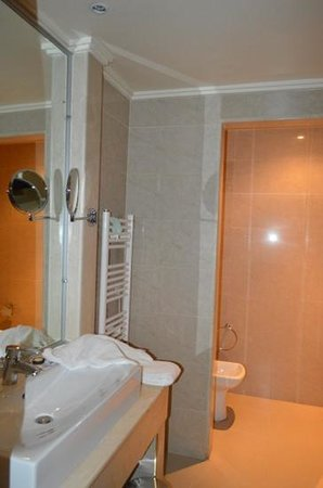 Opera Plaza Hotel : cuarto de baño Opera Plaza:Correcto