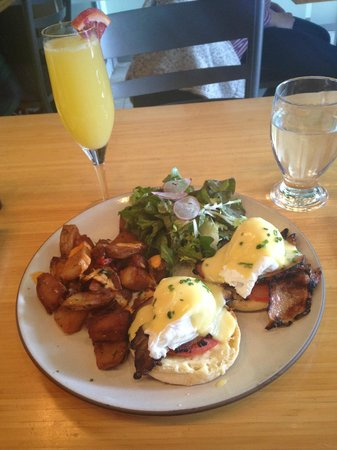 Fraser Cafe: Poached Eggs & Hollandaise with a mimosa