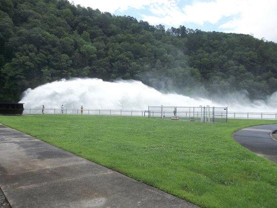 Tuskeegee Motel: Fontana Dam spilling