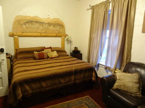 Bisbee Grand Hotel: Roomy bed