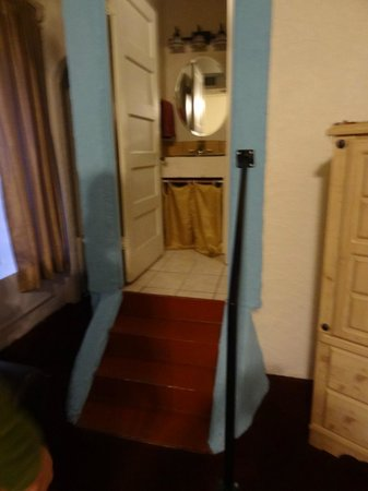 Bisbee Grand Hotel: Steps up to the bathroom