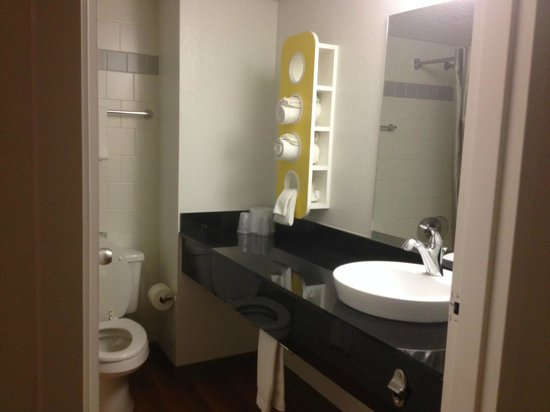 Motel 6 Cutler Bay : bathroom