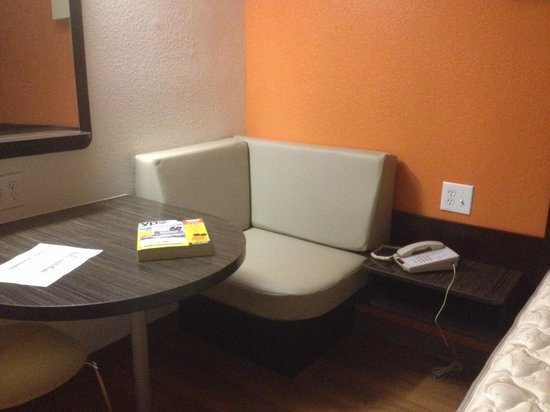 Motel 6 Cutler Bay: room with dinette booth, adjoins room 328