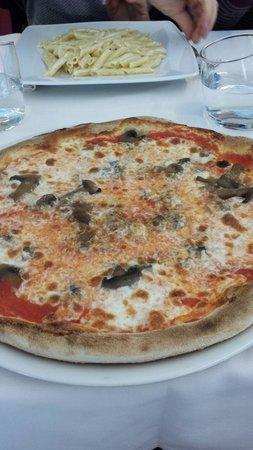 Al LungoLago: Pizza ai funghi e penne ai 4 formaggi