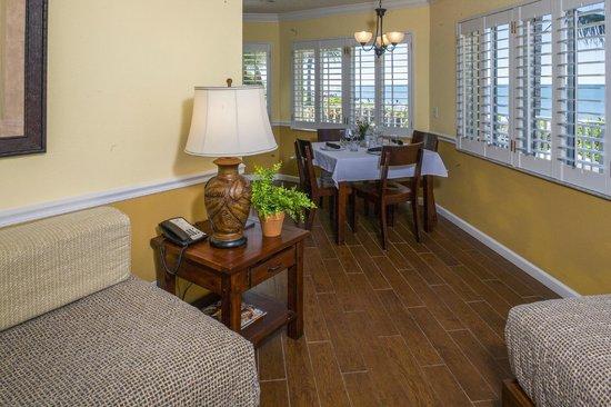 Vanderbilt Beach Resort: Deluxe Beachview Junior Suite Dining Area