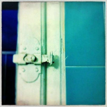 Hotel Byron : la chiusura della finestra del bagno