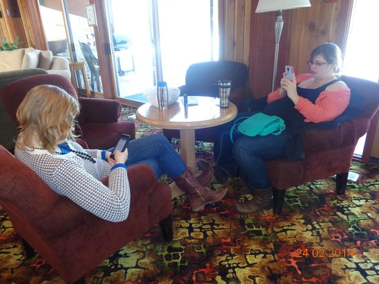 Fairmont Mountainside Vacation Villas : Daughters waiting at the Rec Center and catching up on facebook
