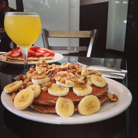 Longboarder Cafe : Famous Oatcakes topped with bananas! Don't forget your mimosa!