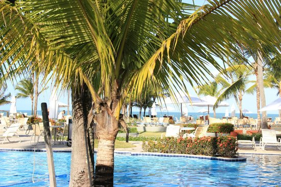 Nannai Resort & Spa: Piscina, espreguiçadeiras e mar...