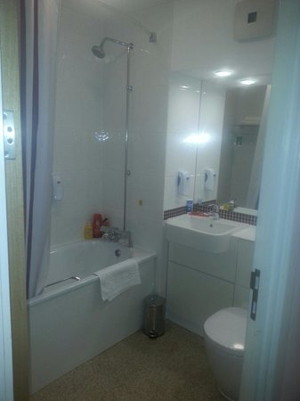 Premier Inn Bradford Central Hotel: Bathroom in family room