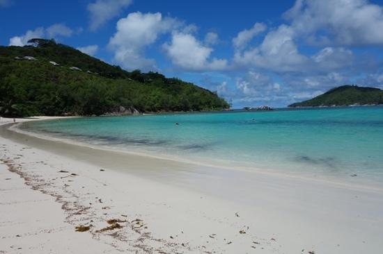 """Constance Ephelia : Playa norte del Ephelia Resort """"BAY TERNAI"""". Al fondo en la colina las villas mas exclusivas del"""