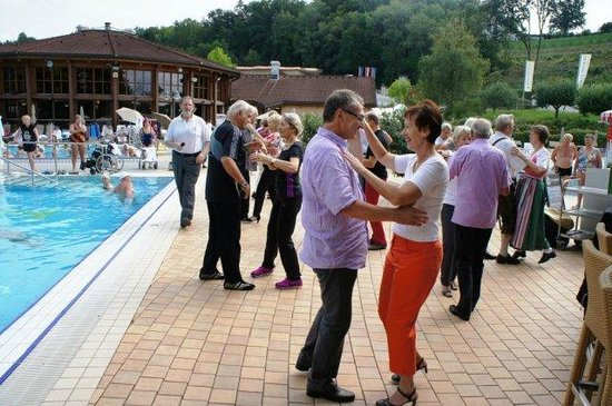 Quellenhotel Heiltherme Bad Waltersdorf: Tanzen am Aussenpool